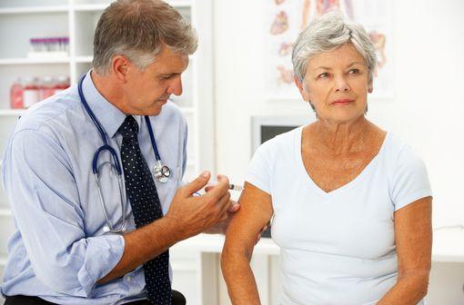 Le site d'injection recommandé pour la vaccination contre l'hépatite A est la région du deltoïde (illustration).