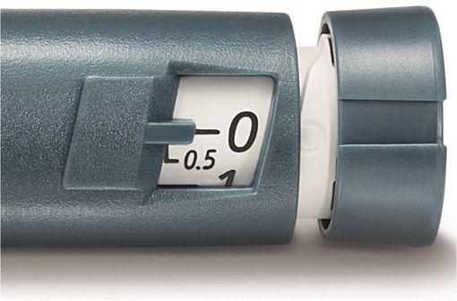 HUMALOG 100 U/mL JUNIOR KWIKPEN permet d'ajuster la dose d'insuline par palier de 0,5 unité (illustration).