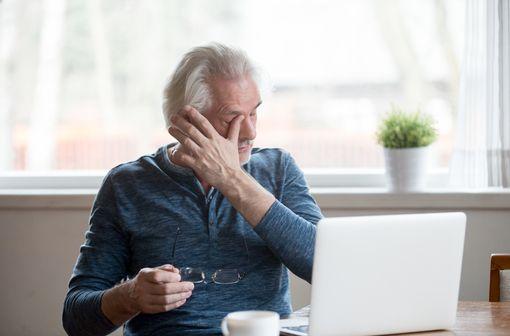 Le plus souvent, la sécheresse oculaire résulte d'une mauvaise qualité ou d'une diminution de la production de larmes en lien avec le vieillissement (illustration).