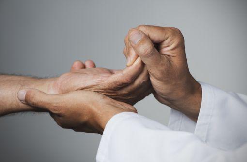 La polyarthrite rhumatoïde est une maladie articulaire inflammatoire et chronique qui touche plusieurs articulations, souvent celles des mains et des pieds (illustration).