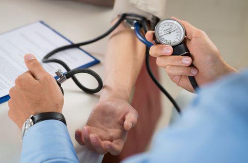 La mesure de la pression artérielle a été effectuée en position assise, au repos, à 3 reprises à chaque consultation (illustration).