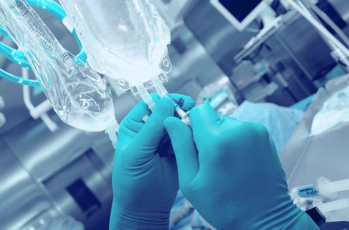Lorsque la voie orale n'est pas possible, l'azathioprine doit être administrée par voie IV uniquement, de préférence par perfusion intraveineuse et, si possible, sur cathéter central (illustration).