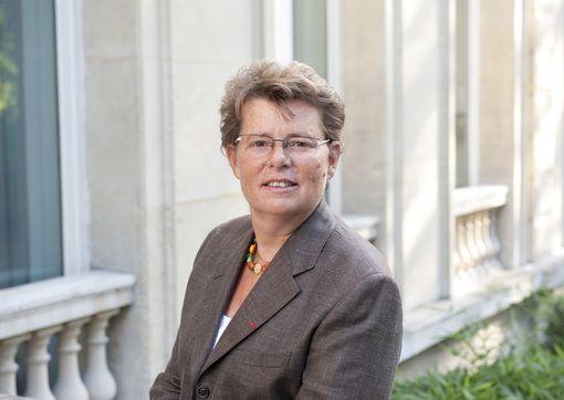 Isabelle Adenot est actuellement titulaire d'une officine parisienne.