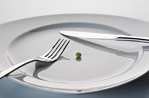 Le jeûne et les régimes restrictifs ne sont pas recommandés pour prévenir ou guérir le cancer (illustration).