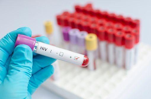 KALETRA solution buvable est indiqué en association avec d'autres médicaments antirétroviraux pour le traitement des adultes, des adolescents et des enfants âgés de 14 jours et plus, infectés par le VIH-1 (illustration).