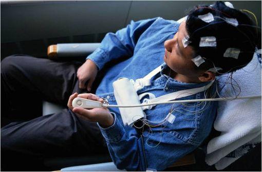 Electroencephalographie dans le cadre de la surveillance neurologique d'un patient épileptique (illustration).