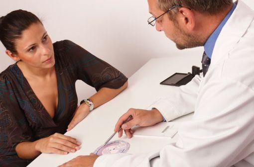 Une consultation est recommandée 3 mois après la première prescription de tout contraceptif hormonal combiné, puis tous les ans (illustration).