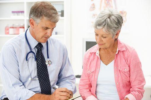 Pour débuter et poursuivre un traitement des symptômes post-ménopausiques, la dose minimale efficace doit être utilisée pendant la durée la plus courte possible (illustration).