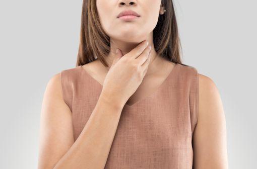 Les spécialités à base d'alpha-amylase sont indiquées dans le traitement d'appoint des états congestifs de l'oropharynx (illustration).