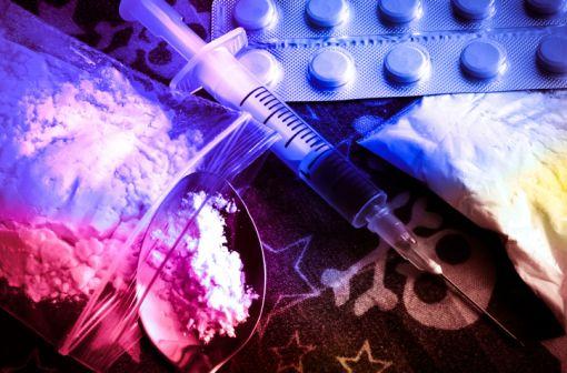 Antalgiques, dépresseurs du système nerveux central et entraînant une sensation de bien-être et de relaxation, les opioïdes se caractérisent par un potentiel d'abus et de dépendance élevé (illustration).