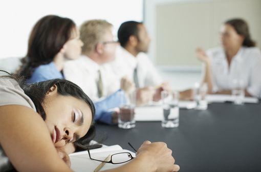 MODIODAL et génériques sont indiqués chez l'adulte dans le traitement de la somnolence diurne excessive lorsqu'elle est associée à une narcolepsie (illustration).
