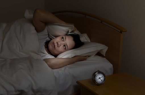 Dans tous les cas d'insomnie, il convient de s'assurer que les règles d'hygiène du sommeil et de l'équilibre du cycle éveil-sommeil sont réunies (illustration).