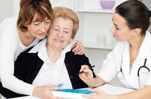 La préparation souvent insuffisamment protocolisée et sécurisée des piluliers en EHPAD augmente les risques de iatrogénie médicamenteuse (illustration).