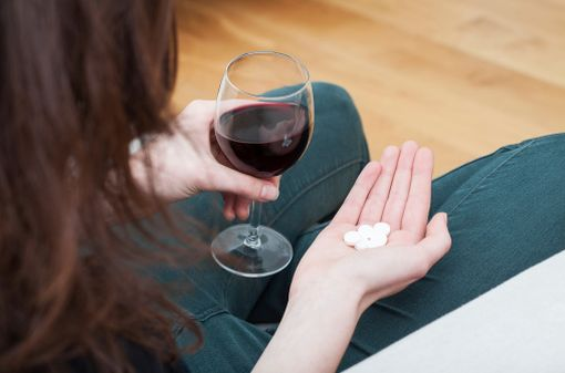 Près de la moitié des femmes consommatrices d'alcool prendraient des médicaments à risques d'interaction, mais les données sur l'éventuelle simultanéité des prises manquent (illustration).
