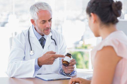 La pédagogie et la compréhension du patient doivent être privilégiées lors de la prescription d\'un médicament (illustration).