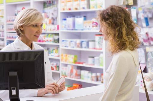 Les médicaments inscrits sur la liste des médicaments de médication officinale peuvent être présentés en accès direct dans un espace dédié de la pharmacie qui permet un contrôle effectif du pharmacien (illustration).