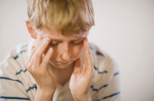Les enfants, dès 5 ans, peuvent éprouver de véritables crises de migraines, longues, répétées... A distinguer du mal de tête ponctuel et passager (illustration).