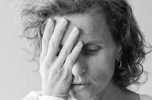 La névralgie du trijumeau est plus fréquente chez les femmes de plus de 50 ans. Elle se caractérise par des douleurs violentes, en général unilatérales, situées sur le territoire d'une branche du nerf V (illustration).
