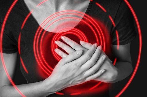 Le principal symptôme de l'angor est une douleur survenant derrière le sternum et apparaissant à l'effort ou lors d'une émotion (illustration).