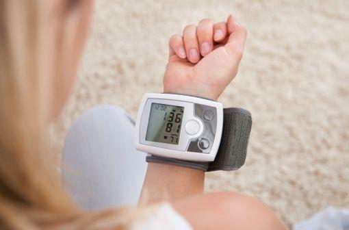 L'automesure tensionnelle peut aider à optimiser la prise en charge de l'hypertension artérielle (illustration).