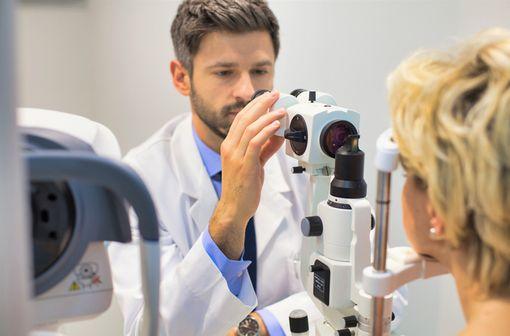 Opacification partielle ou totale du cristallin, la cataracte peut bénéficier d'une phakoémulsification nécessitant une anesthésie topique (illustration).