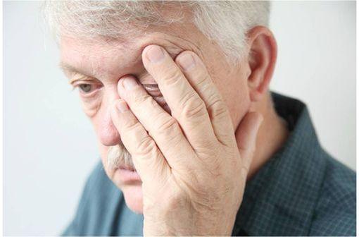 OPTIVE FUSION est indiqué pour soulager les symptômes de la sécheresse oculaire (illustration).