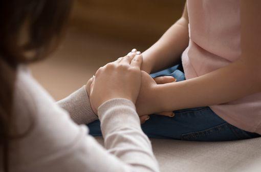 Le diagnostic de l'arthrite juvénile idiopathique est posé lorsqu'une arthrite chronique non infectieuse d'une durée > 6 semaines n'a pas d'autre cause reconnue (illustration).