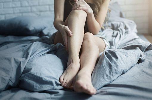 Le syndrome des jambes sans repos suit habituellement un rythme circadien, les symptômes s'intensifiant en soirée et au cours de la nuit (illustration).