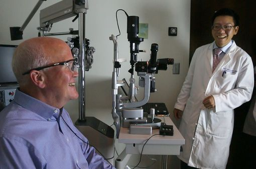 Larry Hester, équipé du dispositif Argus II, et son chirurgien, le Dr Paul Hahn (© Duke Eye Center).