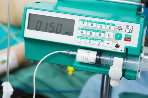 Pousse-seringue électrique pouvant être utilisé pour administrer en continu de la céfazoline (illustration).