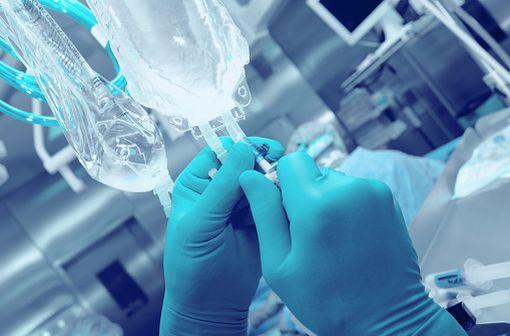 La paclitaxel est un antinéoplasique de la classe des taxanes, principalement utilisé dans le traitement des cancers du poumon, du sein et de l'ovaire sous forme de perfusions (illustration).