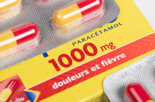 Le nombre de boîtes de paracétamol délivrées sans ordonnance par le pharmacien est limité à 1 ou 2 selon la situation clinique du patient (illustration).
