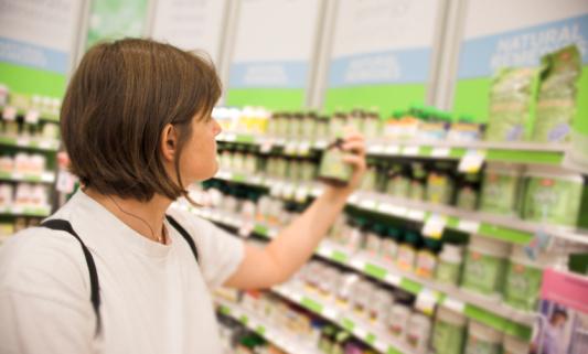 Le prix des médicaments qui perdent leur prise en charge par l\'Assurance maladie devient libre et concurrentiel, donc variable d\'une pharmacie à l\'autre (illustration).