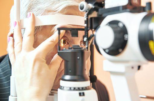 Le glaucome est souvent associée à une pression intra-oculaire élevée qui comprime et endommage les fibres du nerf optique et de la rétine (illustration)