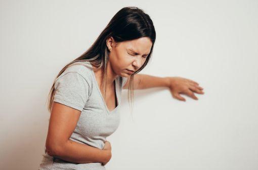 Désormais, PLITICAN est indiqué uniquement chez l'adulte, dans la prise en charge de nausées et vomissements (illustration).