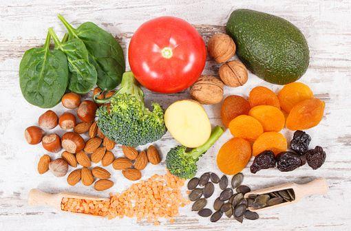 Les aliments riches en vitamine K ne sont pas interdits chez les patients traités par AVK, à condition de les répartir dans l'alimentation de manière régulière et sans excès (illustration).