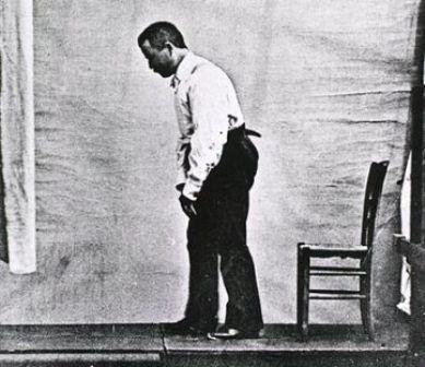Attitude typique d'un patient atteint de la maladie de Parkinson, dans Nouvelle Iconographie de la Salpétrière, 1892, Vol.5 (© Wikimedia)