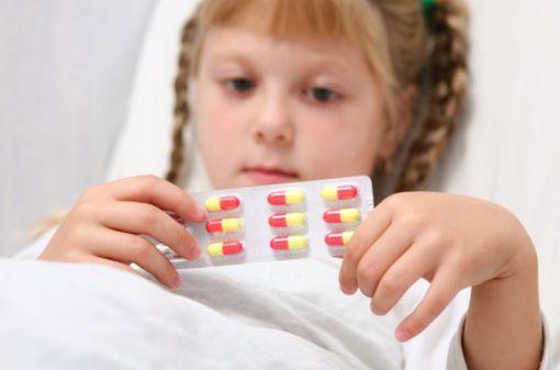 Le manque d'études cliniques pédiatriques restreint l'utilisation des médicaments et peut conduire à prescrire hors AMM (illustration).