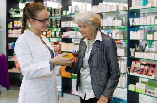La prescription en DCI ne semble pas avoir totalement supprimé le risque d'erreurs de délivrance en officine (illustration).