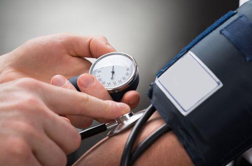 Les médicaments d\'aliskiren commercialisés en France, RASILEZ et RASILEZ HCT, sont indiqués dans le traitement de l\'hypertension artérielle essentielle chez les adultes (illustration).