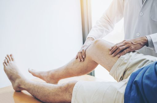 La plus fréquente des maladies articulaires, l'arthrose traduit une dégénérescence du cartilage des articulations, sans infection ni inflammation particulière (illustration).