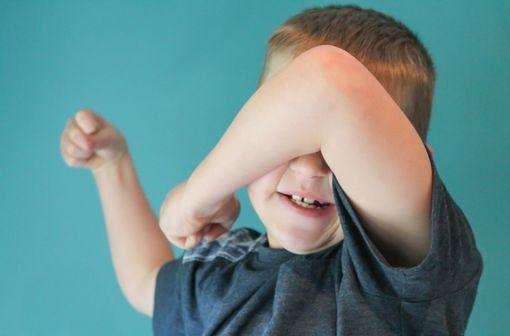 En pédiatrie, la seule indication autorisée de la risperdone est le traitement symptomatique de courte durée de l'agressivité persistante dans le trouble des conduites (illustration).