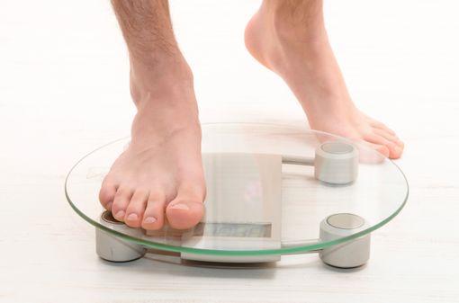 La perte de poids par pesée quotidienne sans régime restrictif imposé semble surtout efficace chez l'homme (illustration).