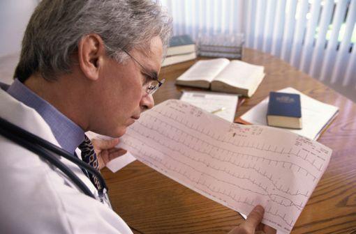 Les anomalies typiques du syndrome de Brugada à l'ECG sont un sus-décalage de ST dans les dérivations droites (V1, V2) avec aspect en dôme, suivi d'ondes T négatives (illustration).