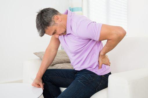 L'objectif de la prise en charge de la spondyloarthrite est de réduire la douleur et la raideur rachidienne (illustration).