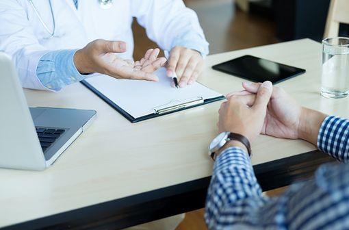 Les patients actuellement traités par SINEMET sont invités à consulter leur médecin traitant afin qu'il évalue au cas par cas la conduite à tenir (illustration).