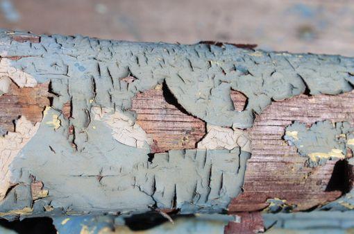 Une exposition chronique à des écailles et poussières de peintures anciennes au plomb peut causer un saturnisme (illustration).