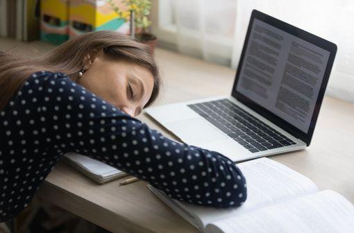 La narcolepsie se caractérise par une somnolence diurne excessive chronique, fréquemment associée à une perte soudaine du tonus musculaire ou cataplexie (illustration).