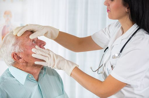 L'examen du bord libre palpébral est la clé du diagnostic en cas de dysfonctionnement des glandes de meibomius (illustration).