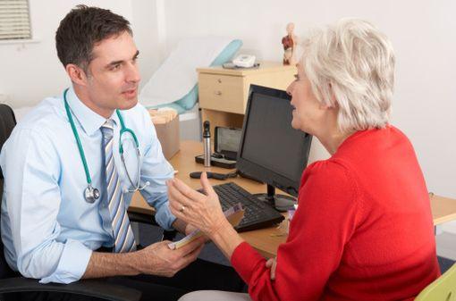 Les échanges entre les médecins généralistes et leurs patients se concluent 8 fois sur 10 par une prescription comportant au moins un médicament (illustration).